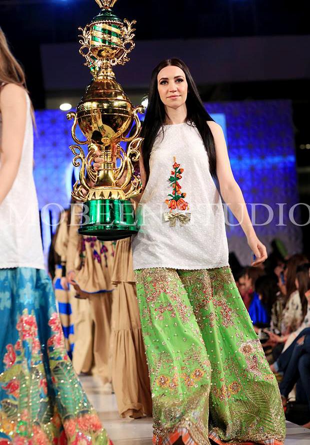22 Latest Beautiful Pakistani Mehndi Dresses 2018-2019