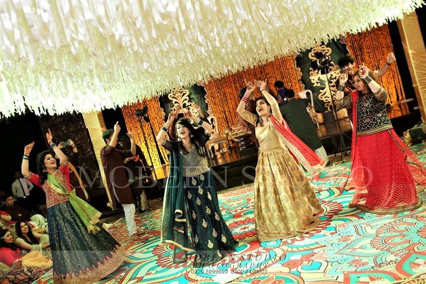 light lehnga design Pakistani Bridal Sisters Mehndi Dresses
